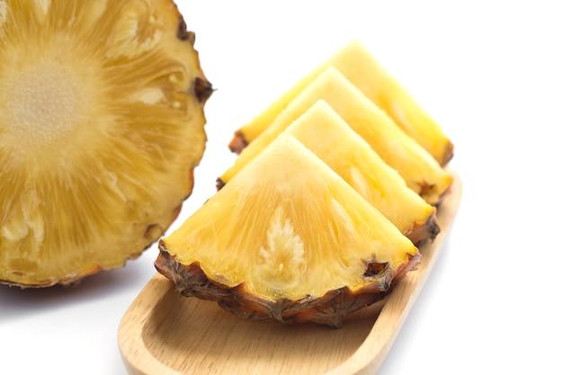 Tranche d'ananas sur une plaque en bois.
