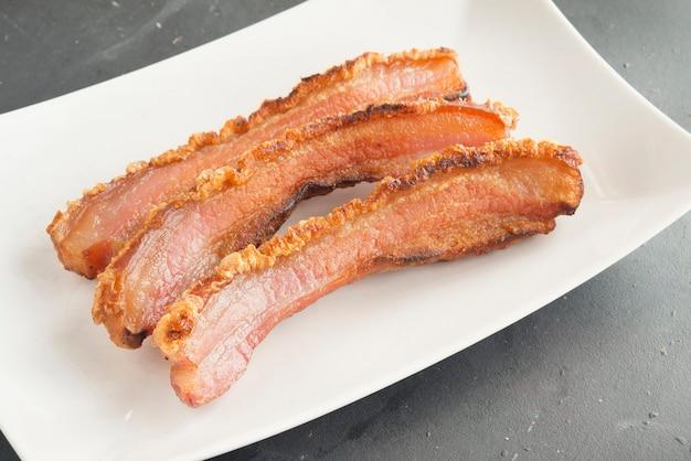 Tranche de bacon sur le détail de la plaque