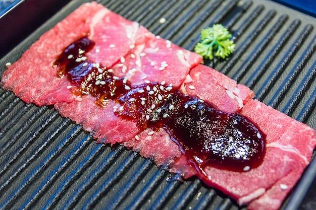Tranche de boeuf cru pour barbecue ou yakiniku à la japonaise