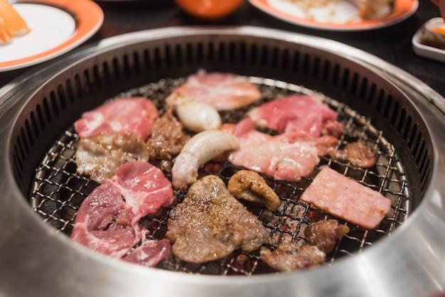 Tranche de bœuf et de porc sur la grille pour barbecue ou yakiniku de style japonais