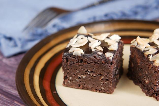 Tranche de brownie sur plaque sur table