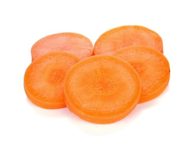 Tranche de carotte isolé sur blanc