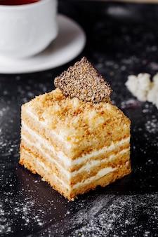 Une tranche carrée de gâteau medovik.