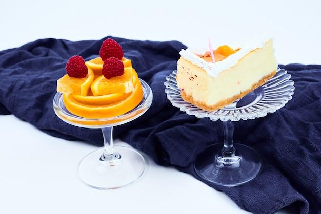 Une tranche de cheesecake avec salade de fruits.