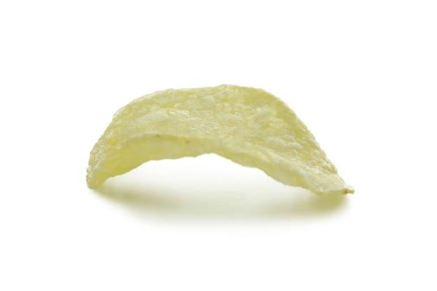 Tranche de chips savoureux isolé sur blanc