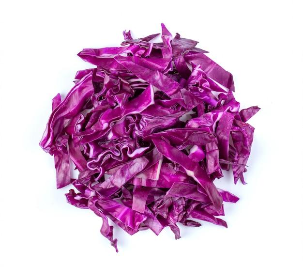 Tranche de chou violet isolé sur fond blanc. vue de dessus