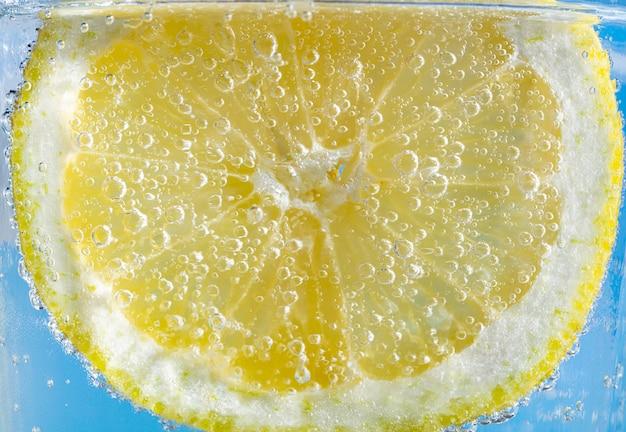 Tranche de citron avec des bulles
