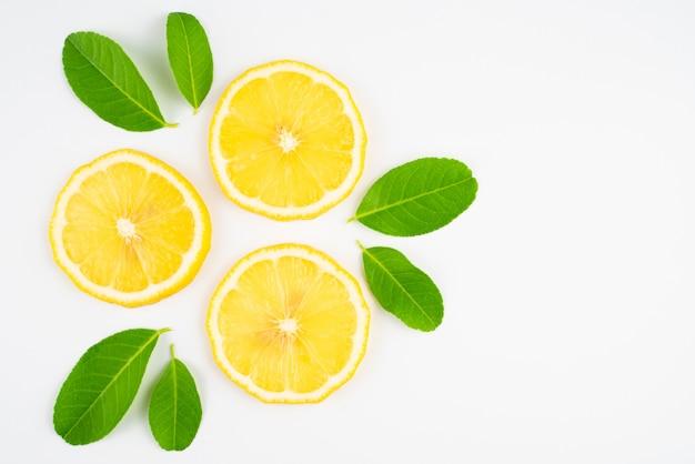 Tranche de citron avec des feuilles, supplément de vitamine c de la nature, aliment naturel pour la santé