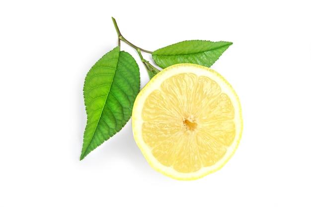 Tranche de citron avec des feuilles vertes isolé sur la découpe de fond blanc.