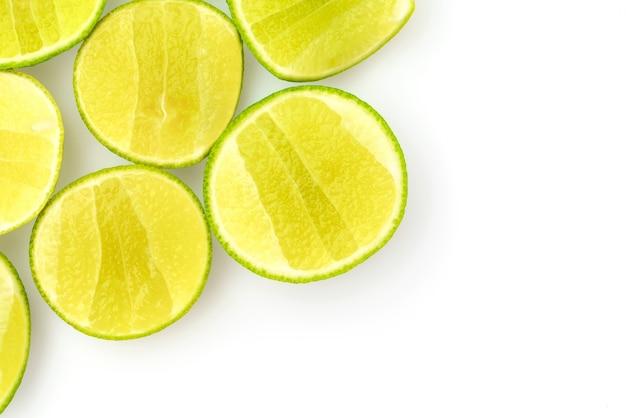 Tranche de citron sur fond blanc.