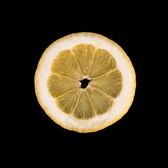 Tranche de citron sur fond noir