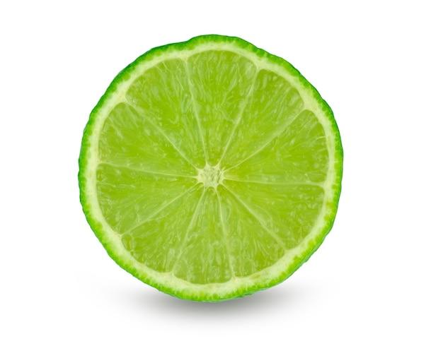Tranche de citron vert (citrus aurantifolia) isolé sur blanc avec un tracé de détourage