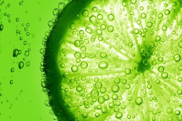 Tranche de citron vert dans l'eau