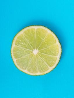 Tranche de citron vert sur fond bleu