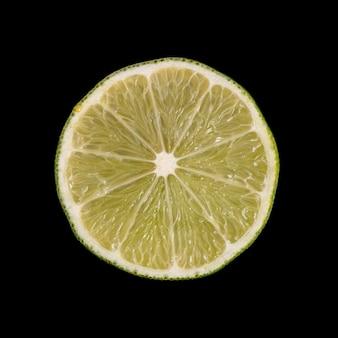 Tranche de citron vert sur fond noir