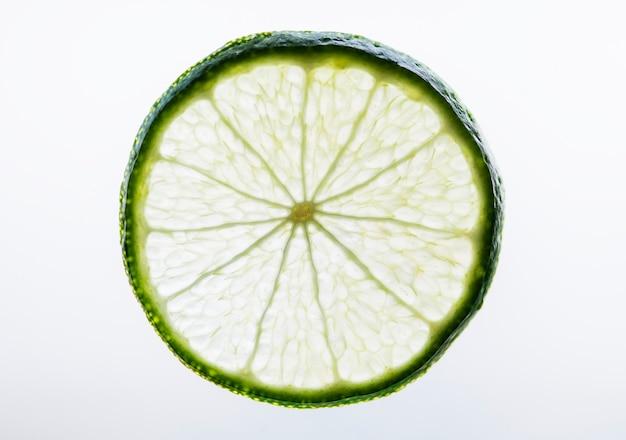 Tranche de citron vert fraîchement coupé