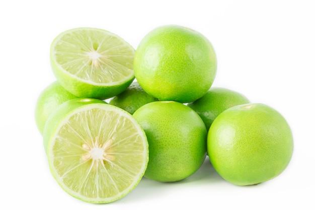 Tranche de citron vert frais isolé sur fond blanc.