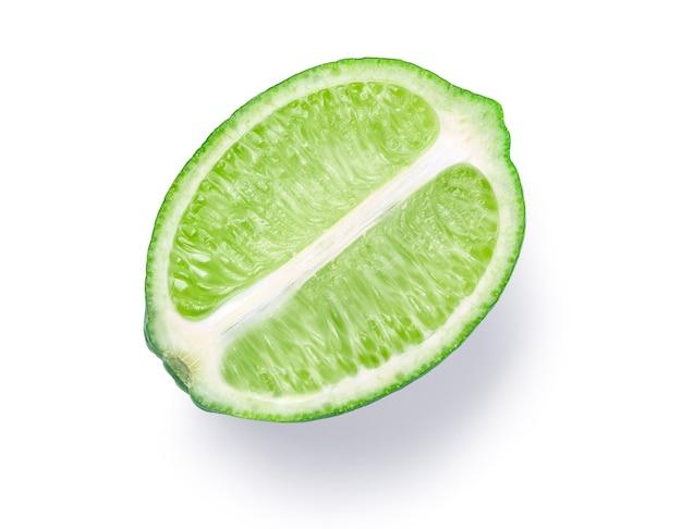 Tranche de citron vert isolé sur fond blanc