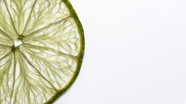 Tranche de citron vert vue de dessus avec espace copie