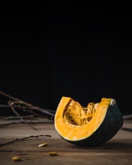 Tranche de citrouille sur une table en bois. fond