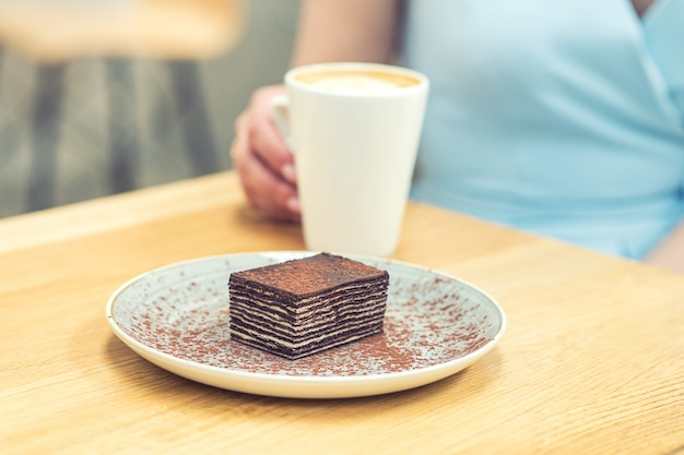Une tranche de délicieux gâteau au chocolat et une tasse de café