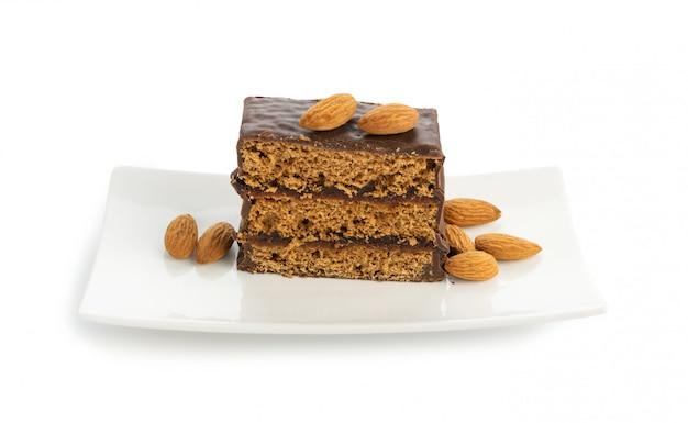 Tranche de dessert brownie aux amandes isolé sur fond blanc.