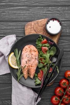 Tranche exotique de saumon aux fruits de mer et salade