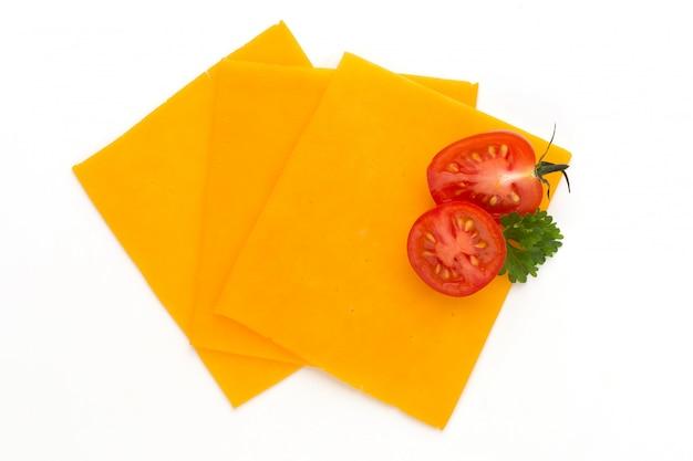 Tranche de fromage cheddar isolé sur fond blanc