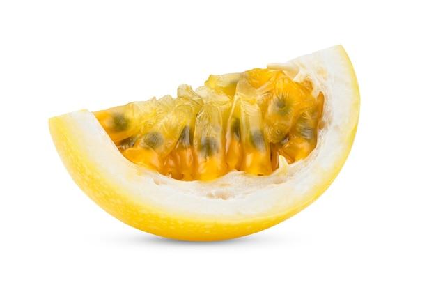 Tranche de fruit de la passion jaune isolé sur fond blanc