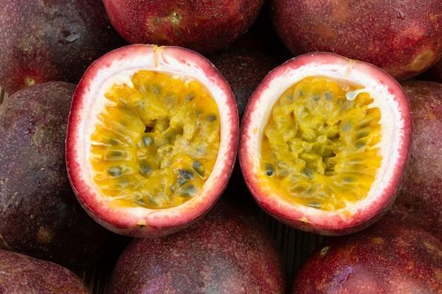Tranche de fruit de la passion sur la table