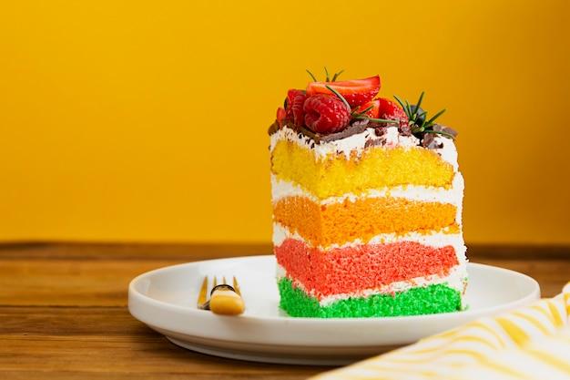 Tranche de gâteau d'anniversaire amusant