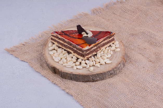 Une tranche de gâteau au caramel rouge sur un morceau de toile de jute