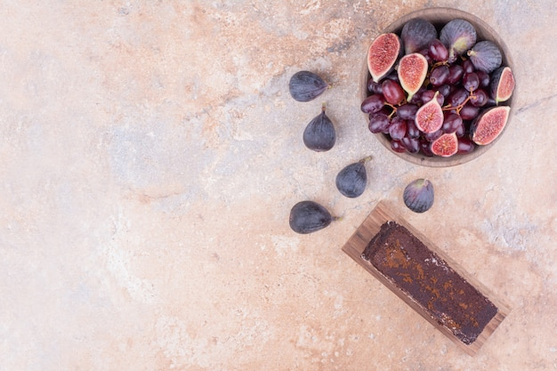 Une tranche de gâteau au chocolat aux figues et cornels