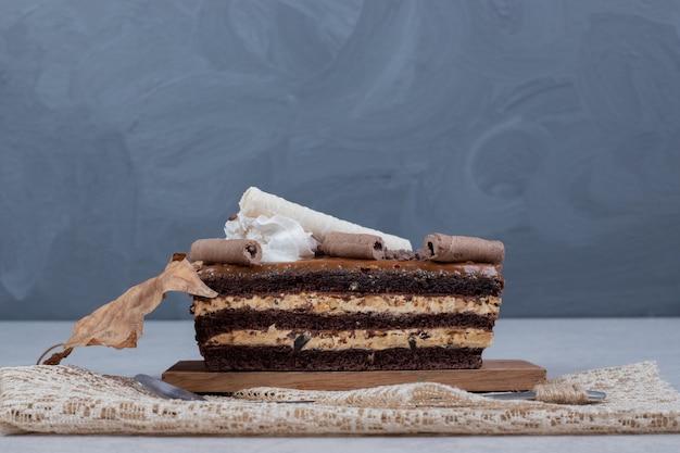 Tranche de gâteau au chocolat avec feuille sur table en marbre. photo de haute qualité