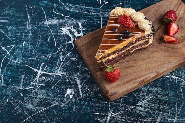 Tranche de gâteau au chocolat ganache, vue du dessus.