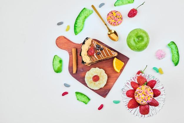 Une tranche de gâteau au chocolat sur une planche de bois.