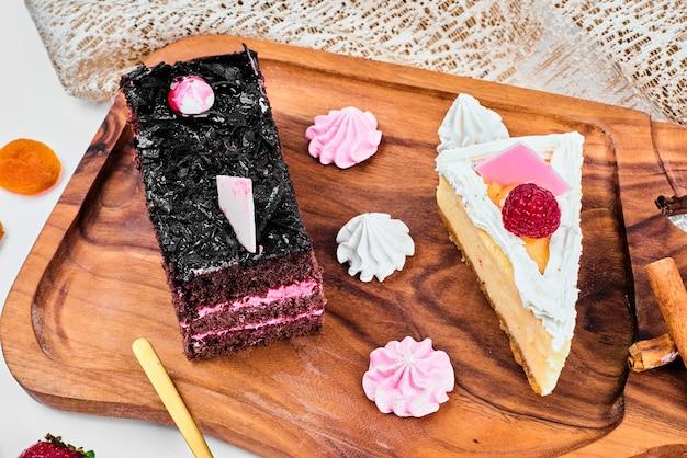 Une tranche de gâteau au fromage au chocolat avec des baies.