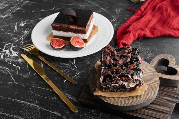 Une tranche de gâteau au fromage au chocolat sur une planche de bois.