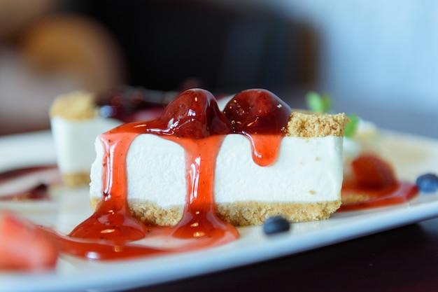 Tranche gâteau au fromage aux fraises avec fraises fraîches et fruits