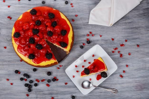 Tranche de gâteau au fromage aux fraises sur une plaque blanche