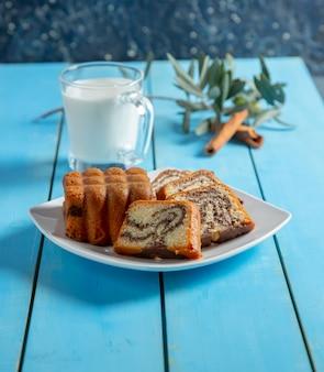 Une tranche de gâteau au miel traditionnel avec de la cannelle en poudre.