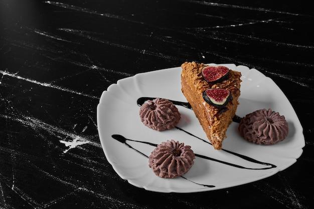 Une tranche de gâteau avec des biscuits au cacao.