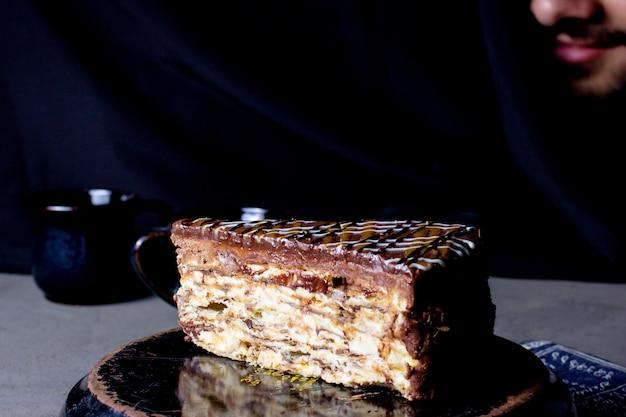 Une tranche de gâteau en couches garnie de glaçage au caramel