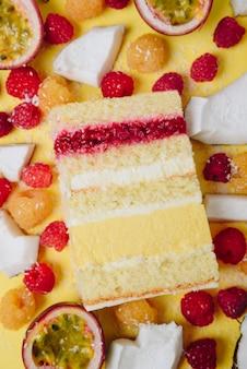 Tranche de gâteau dans la section sur le fond des fruits