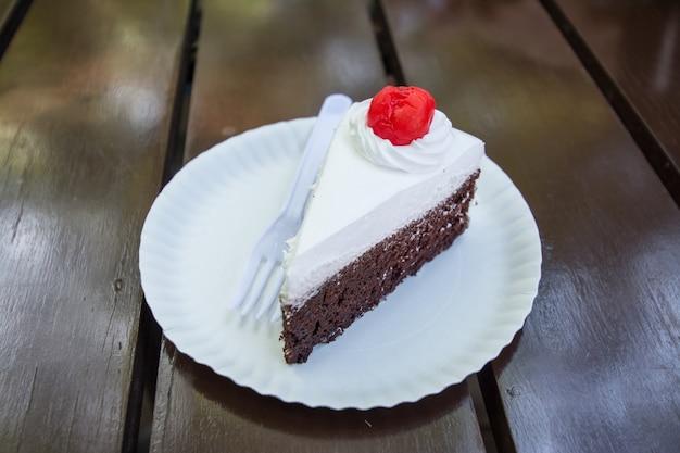 Tranche de gâteau sur fond de bois