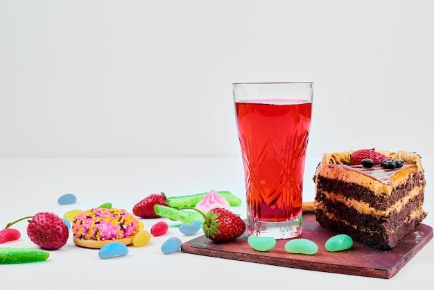Une tranche de gâteau avec des fruits et une boisson.