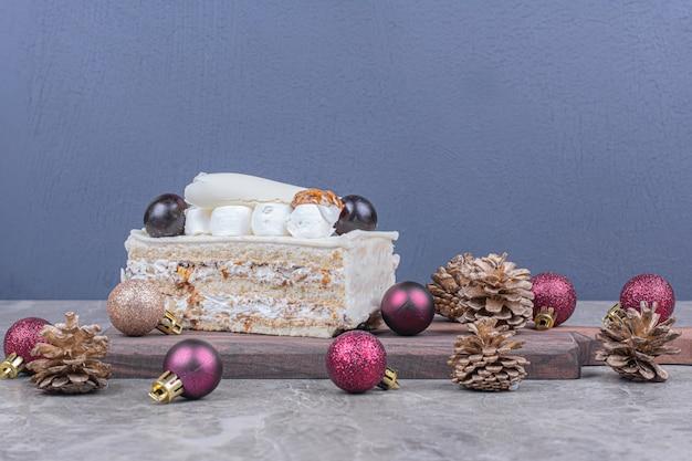 Une tranche de gâteau à la noix de coco avec décoration de noël