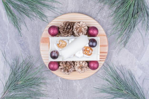 Une tranche de gâteau à la noix de coco sur une planche de bois dans le concept de noël