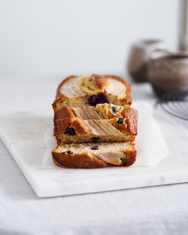 Tranche de gâteau de pain aux bananes avec banane et myrtilles petit-déjeuner avec café