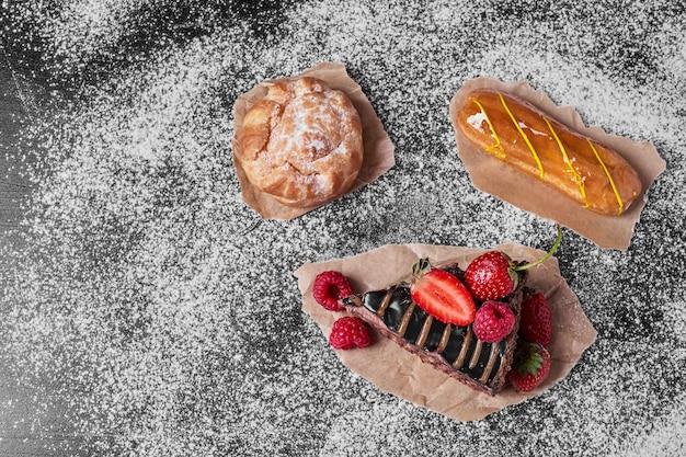 Tranche de gâteau sur un plateau en bois.